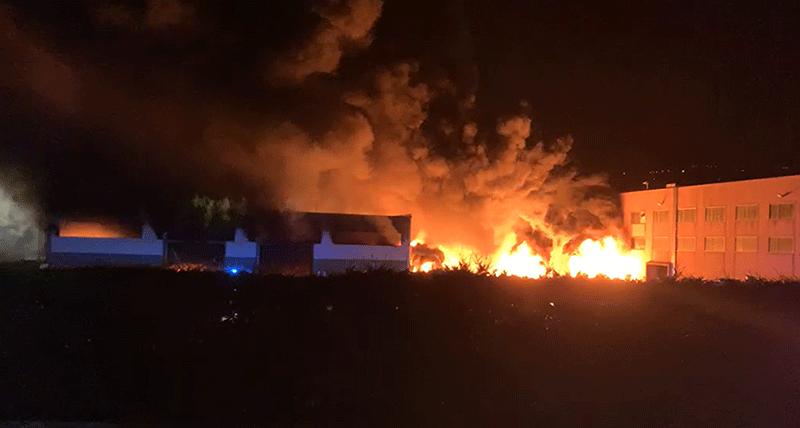 Rende, nella notte a fuoco un capannone di Calabra Maceri la denuncia di Federazione Riformista Rende