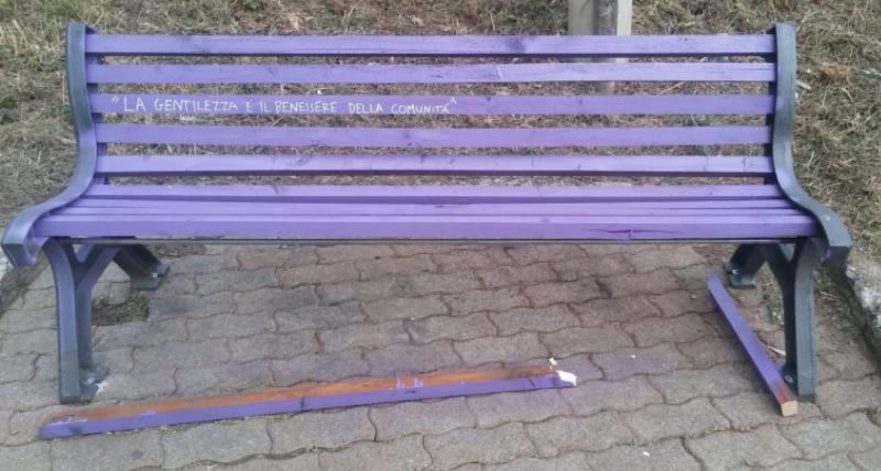 """Danneggiata a Rende una panchina viola nell'ambito della Settimana della Gentilezza. L'amministrazione Manna_ """"gesto vile, ma non ci faremo intimidire_ la nostra è città inclusiva"""""""